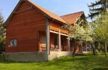 A megrendelő sok bontott fát szerzett be az épület megépítéséhez, praktikus okokból a vasbeton pillérek,sem maradhattak el   tervező: Lukács Róbert Bicske     www.epitestervezo.hu      www.bauszter.hu