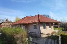 Ezt hívják amerikai íipusú háznak, körben lekontyolt tetővel.  tervező: Lukács Róbert Bicske     www.epitestervezo.hu      www.bauszter.hu