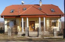Családi ház tetőtér beépítéssel. A megrendelőnek fontosak voltak az oszlopok, a tetőtér beépítés miatt, határértéken vannak az arányok   tervező: Lukács Róbert Bicske     www.epitestervezo.hu      www.bauszter.hu