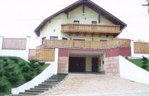 Három szintes csalási ház a dombon. Külföldön dolgozó tulajdonos az Ausztriai házakat kedvelte meg. terveztem neki egyet.   tervező: Lukács Róbert Bicske     www.epitestervezo.hu      www.bauszter.hu