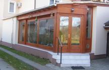 Télikert és terasz. Az épület nem rendelkezik nappalival. Az étkezője is minimális megvilágítású. A terasz került megbővítésre, az eltolható üvegfelülettel adódik az udvarral a  közvetlen kapcsolat. Szellős és világos.  tervező: Lukács Róbert Bicske     www.epitestervezo.hu      www.bauszter.hu